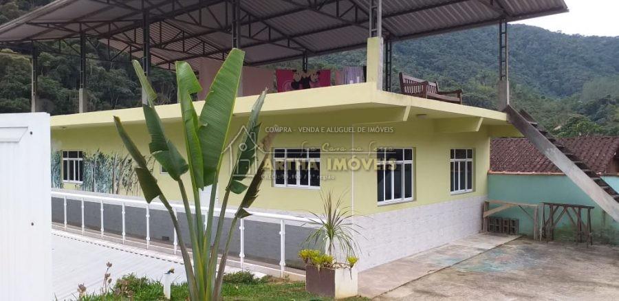 Aluga casa arejada, ampla sala em 2 ambientes, 2 quartos amplos linda vista da varanda das montanhas e do rio COM PETS O VALOR AUMENTA