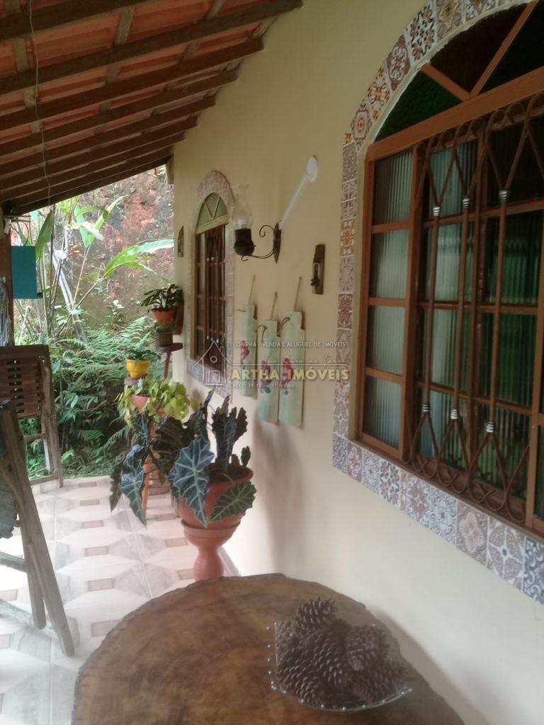 Linda casa na em local totalmente reservado e tranquilo, com chafariz, poço de peixe , pequena piscina de agua corrente.