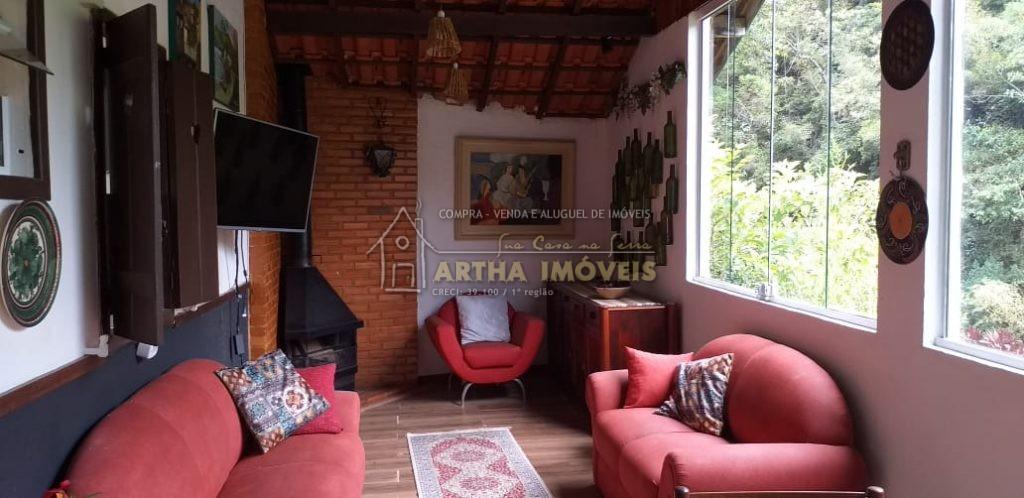 Muri aconchegante chalé para locação temporada, com 2 quartos, com Wi-fi, TV a cabo mobiliado, ampla sala, com sofás e janelões para linda vista