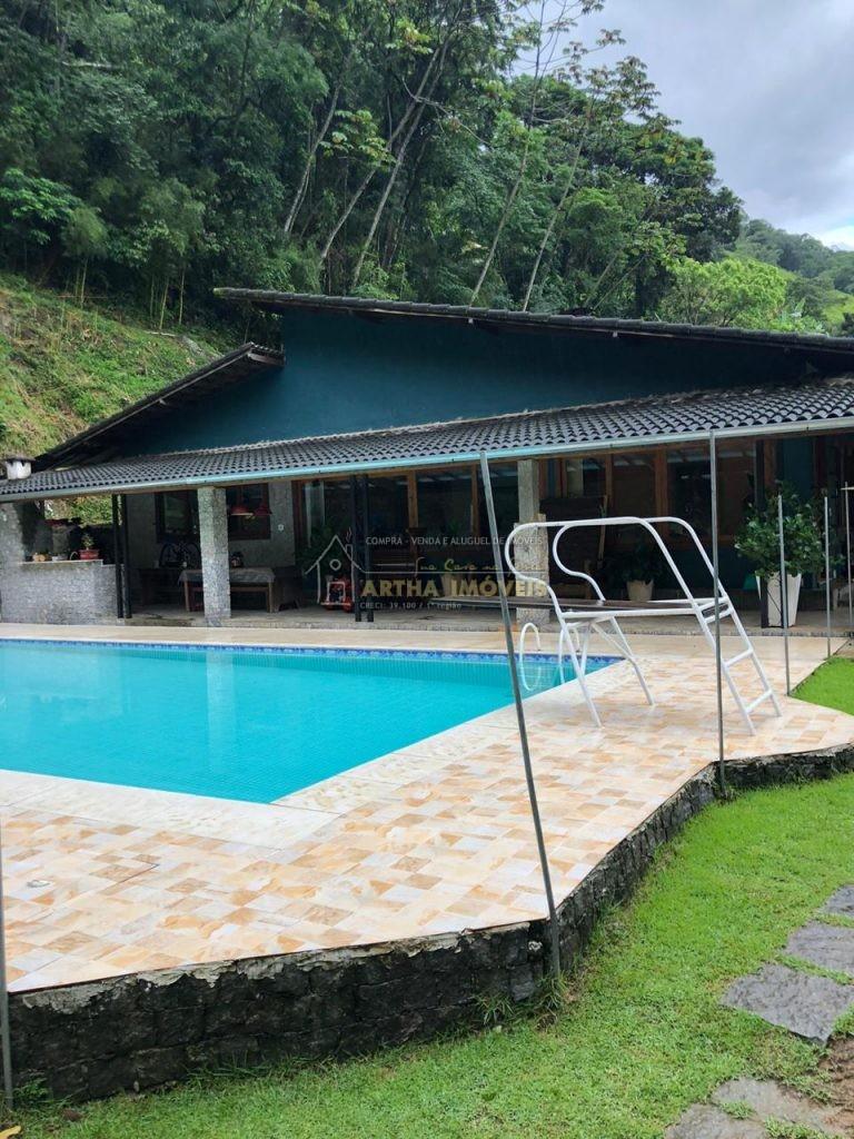 Temporada na serra casa com piscina 3 salas e um living com lareira 4 quartos sendo 2 suites, amplo quintal clima fresco da exuberante serra de Friburgo pertinho do Rio
