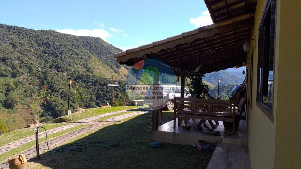 Alugo casa mobiliada com varanda para linda vista das montanhas com 2 suítes, área de lazer com churrasqueira e fogão a lenha, água pura de nascente